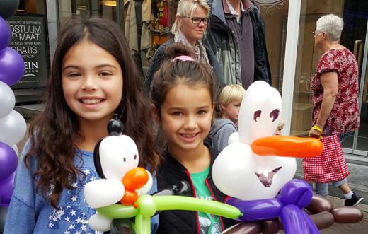foto_inzet_los_jubileum_2meisjes_ballonnen